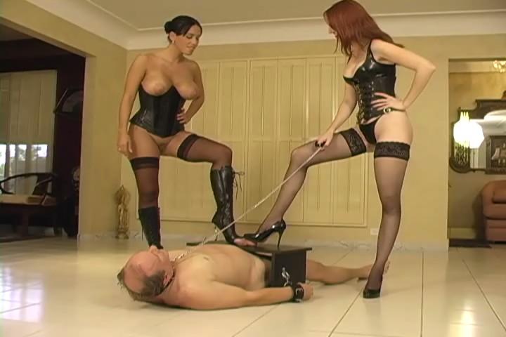 Огромная госпожа топчется по рабыне